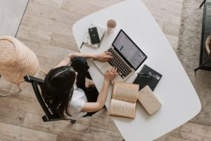 Dame bruger computer til at arbejde