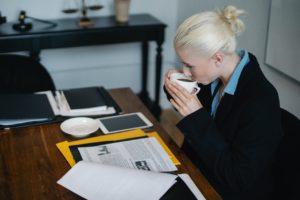 Dame drikker kaffe på arbejdet