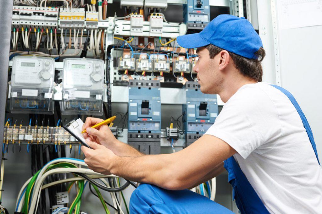 elektriker i gang med at tjekke el