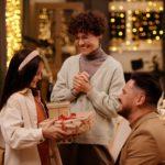 Familie giver gaver til hinanden