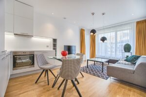 Køkken og stue i et rum der spare plads