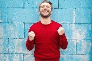 Mand i rød trøje er meget glad