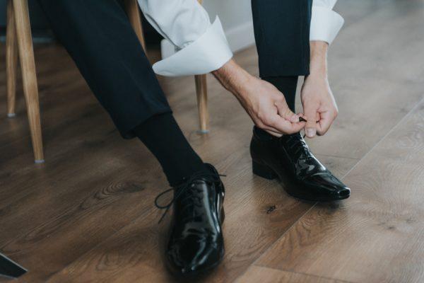 Person binder sine sko
